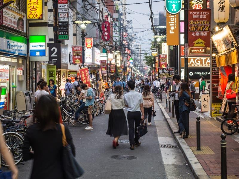 Download Пары идут вниз с улицы Осака Редакционное Стоковое Фото - изображение насчитывающей края, неон: 81804833