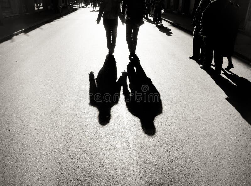 Пары идя на городскую дорогу стоковое фото