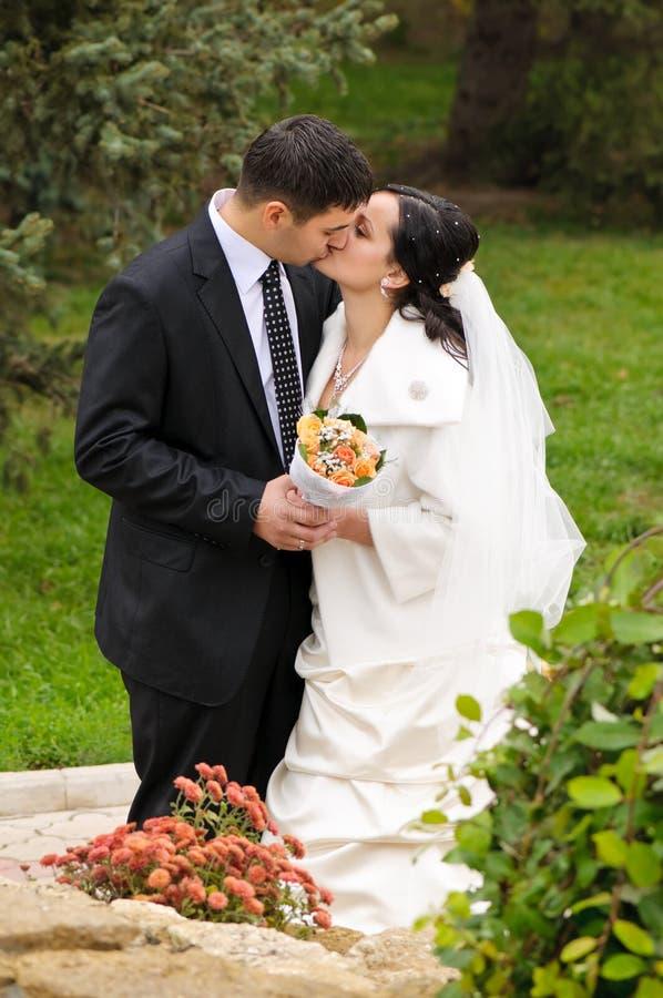 пары как раз поженились стоковое фото