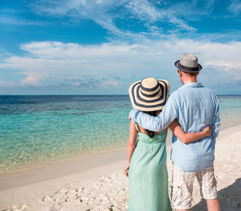 Пары каникул идя на тропический пляж Мальдивы. стоковое фото rf