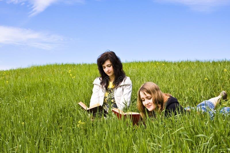 пары книги наслаждаясь друзьями стоковое изображение rf