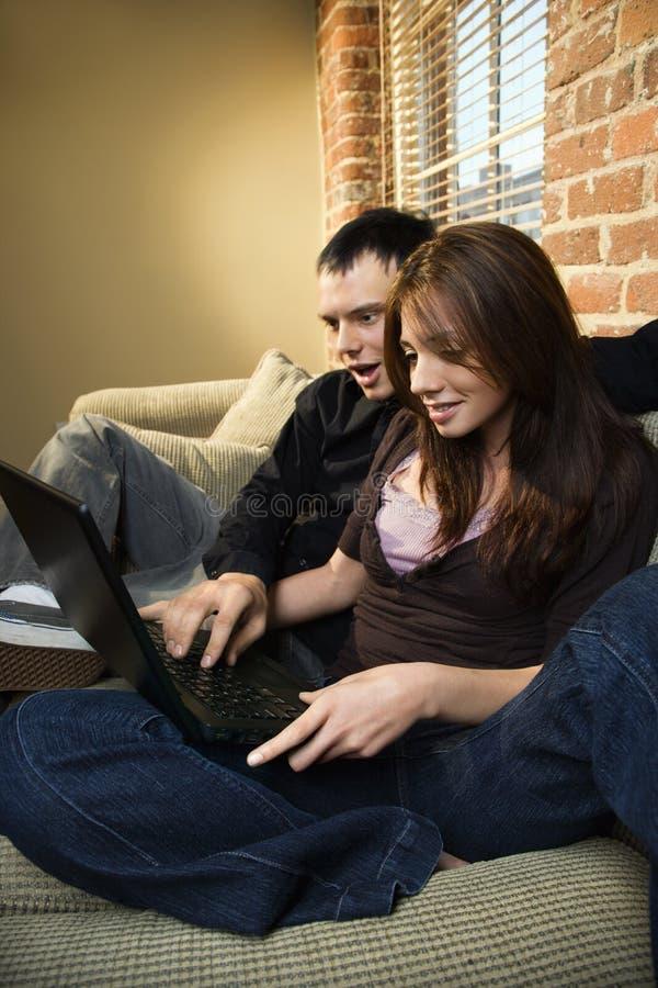 пары компьютера используя стоковые изображения