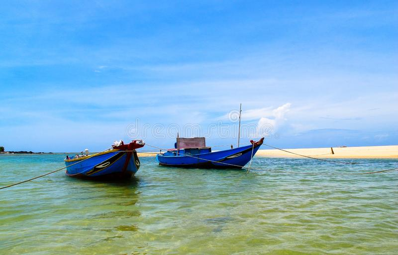 Пары корабля на пляже стоковое фото rf