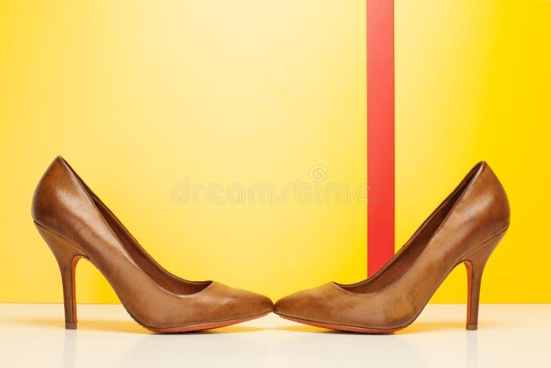 Пары коричневых высоких пяток стоковое изображение