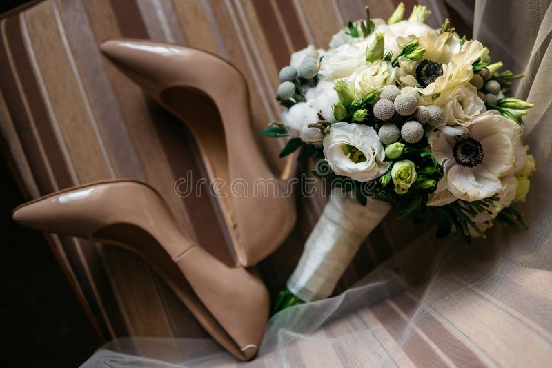 Пары красивых ботинок ` s женщин и букета цветков стоковое изображение rf