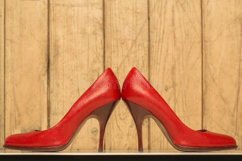 Пары красных высоких пяток стоковая фотография
