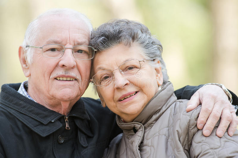 Пары крупного плана пожилые прижимаясь стоковая фотография rf