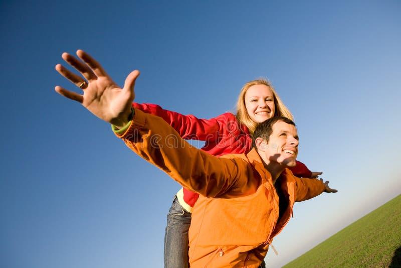 пары летают счастливый усмехаться неба стоковые фотографии rf
