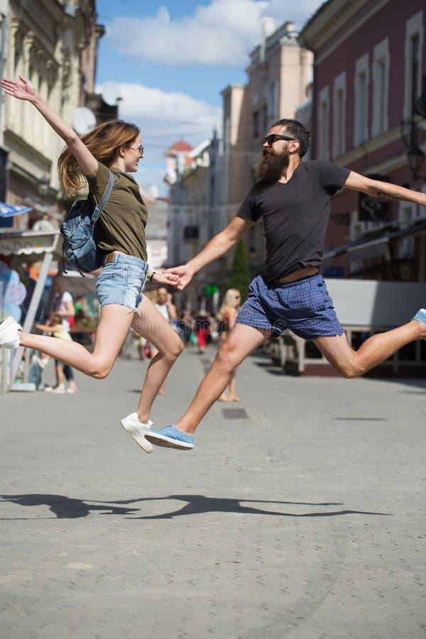 Пары любов, любовники, скачка на улице стоковое изображение rf