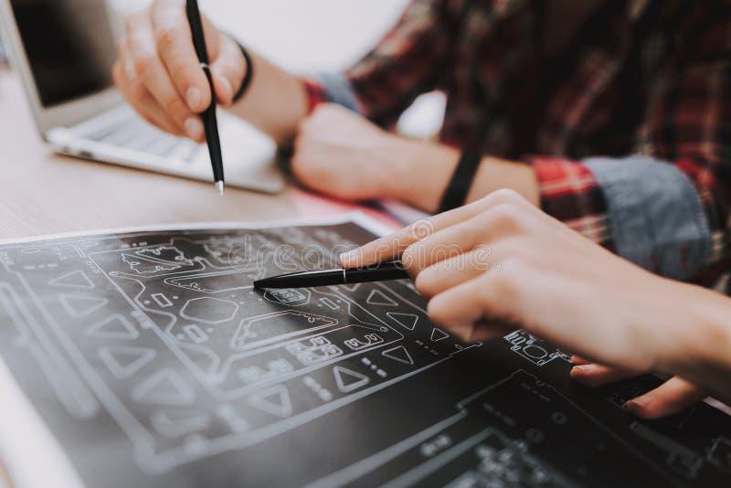 Пары молодых фрилансеров работая дома стоковое изображение