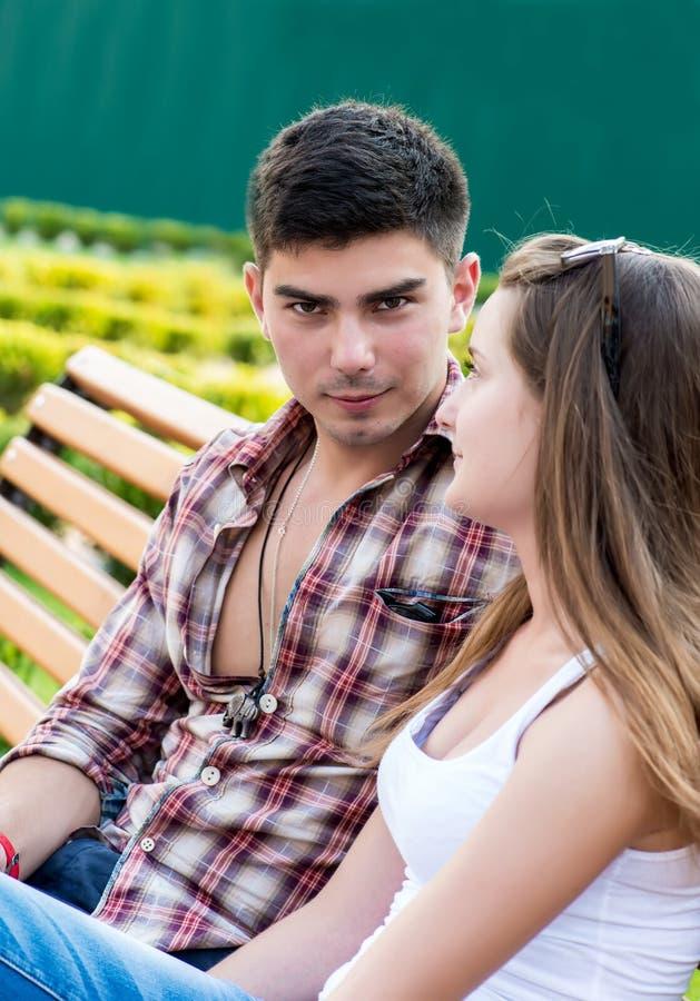 Пары молодые люди стоковые фотографии rf