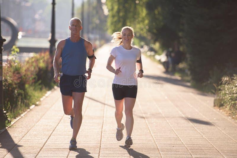 Пары нагревая и протягивая перед jogging стоковое фото rf