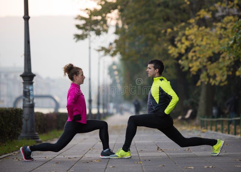 Пары нагревая перед jogging стоковое фото