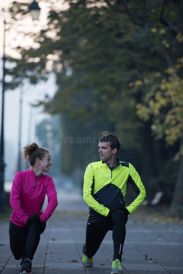 Пары нагревая перед jogging стоковая фотография