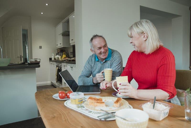 Пары наслаждаясь обедом дома стоковая фотография