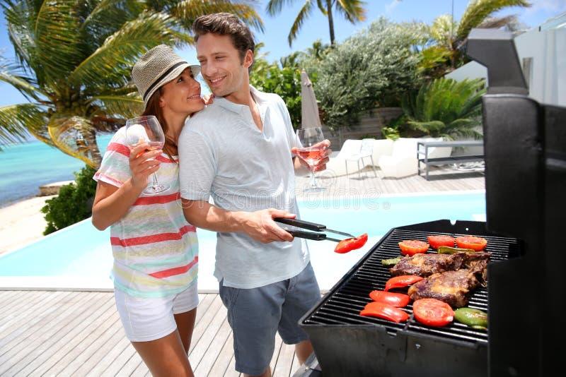 Пары наслаждаясь барбекю лета стоковая фотография rf
