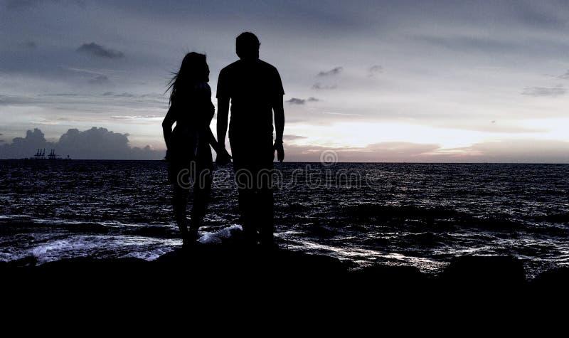 Пары наслаждаясь вечером на стороне пляжа стоковая фотография rf
