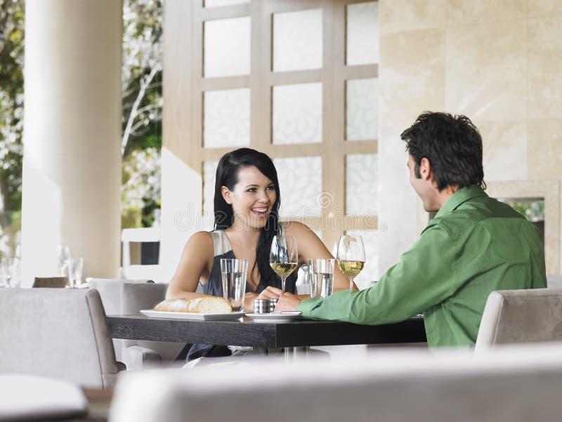 Пары наслаждаясь вином на внешнем ресторане стоковое изображение rf