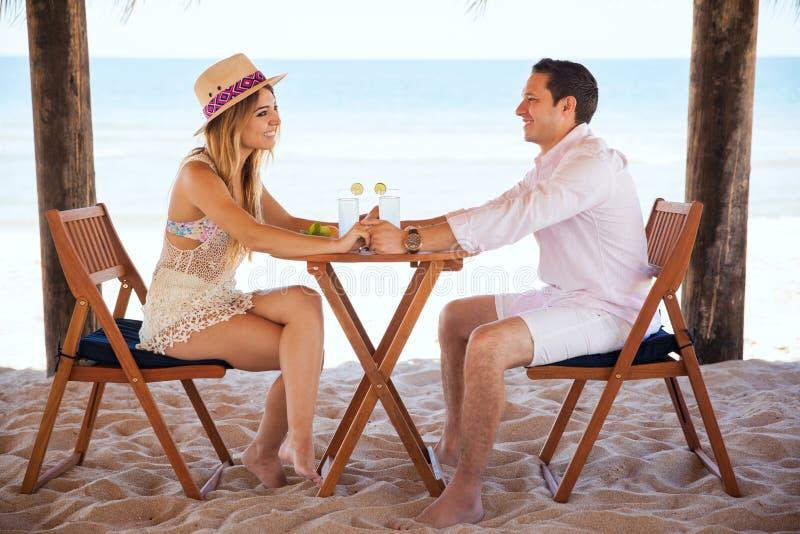 Пары наслаждаясь их каникулами на пляже стоковые изображения rf