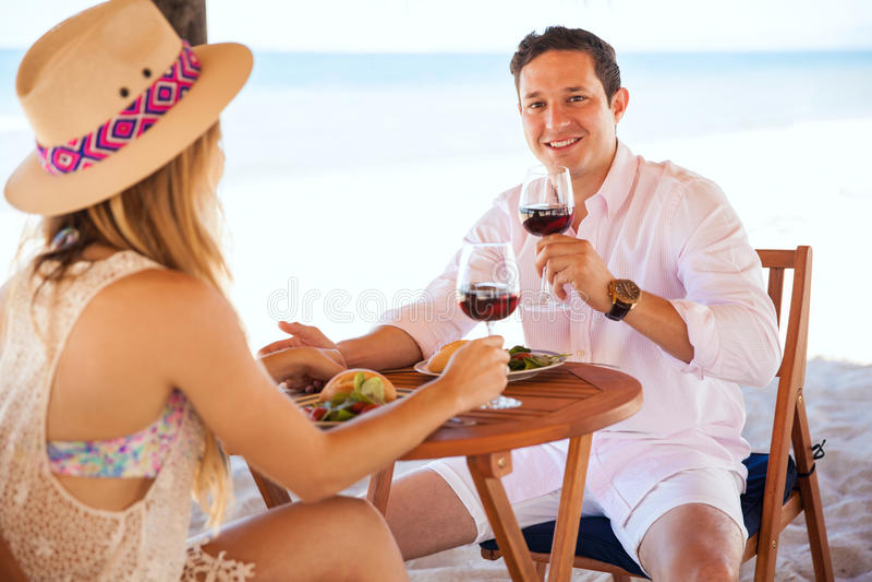 Пары наслаждаясь их медовым месяцем на пляже стоковая фотография rf