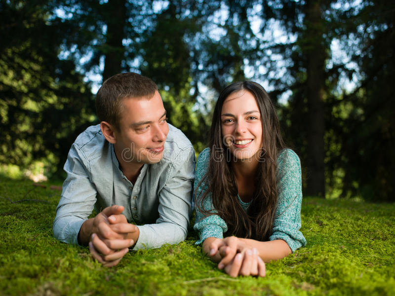 Пары наслаждаясь природой стоковая фотография rf