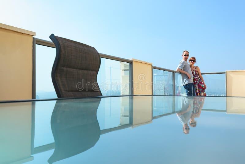 Пары на балконе современного города стоковое изображение