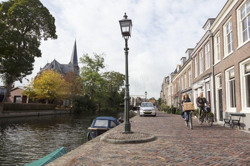 Пары на велосипеде на обваловке реки Vecht в голландском vill стоковые изображения rf
