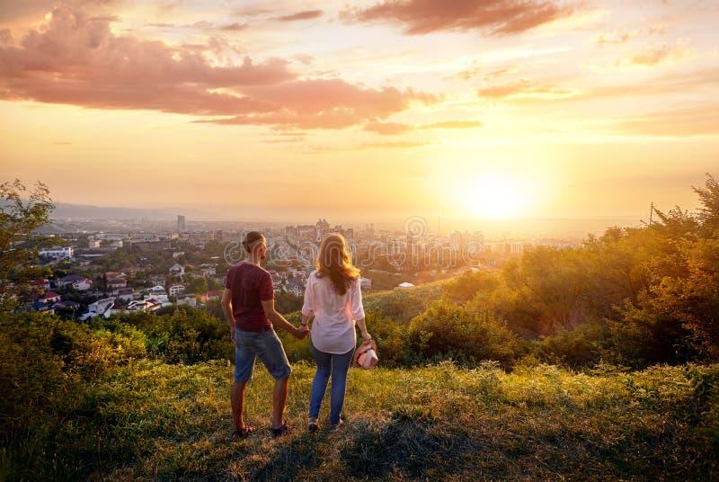 Пары на виде на город захода солнца стоковые фотографии rf