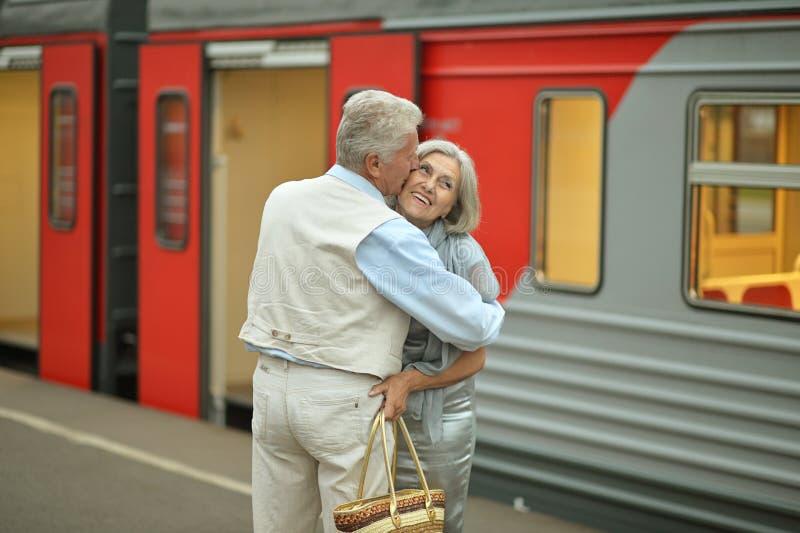 Пары на вокзале стоковые изображения rf
