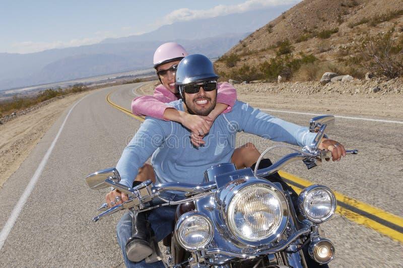 Пары на езде велосипеда стоковые фотографии rf