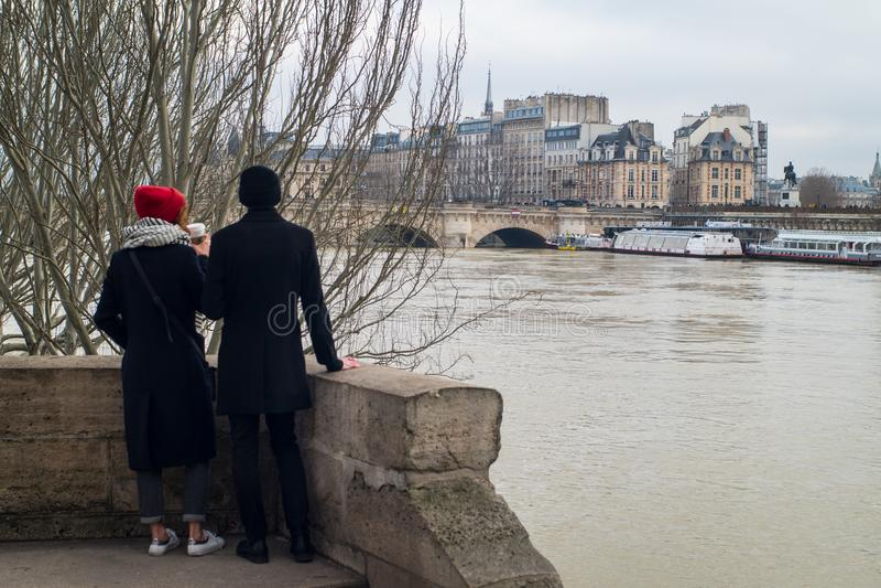 Пары на затопленных банках реки Сены, Парижа стоковые фотографии rf
