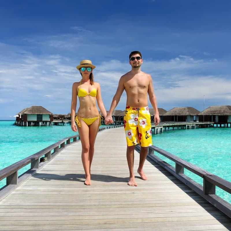 Пары на моле пляжа на Мальдивыы стоковое изображение