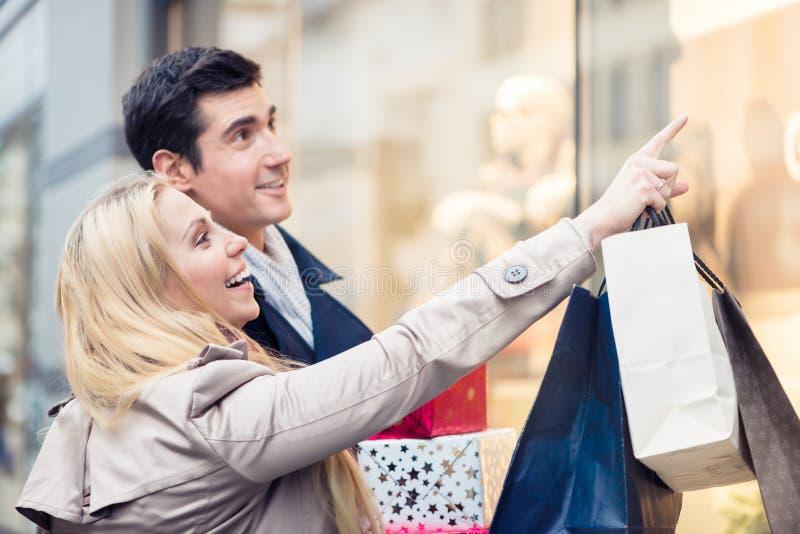 Пары на окне магазина делая покупки рождества стоковое изображение rf