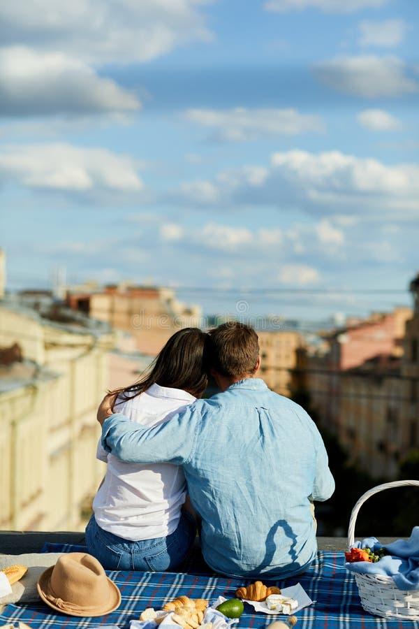 Пары на пикнике на крыше стоковая фотография