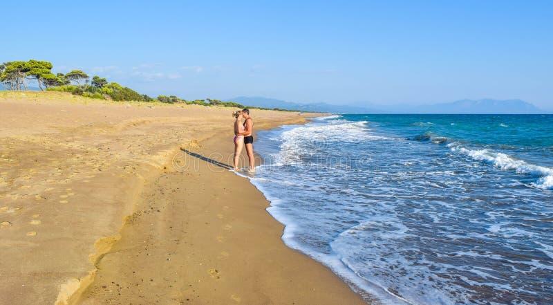 Пары на пляже стоковые фотографии rf