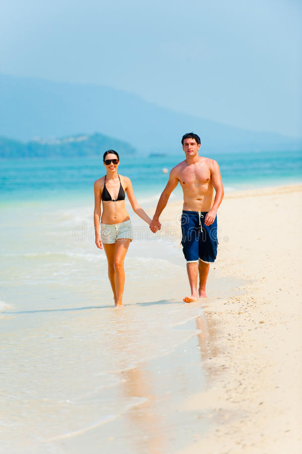 Пары на пляже стоковое изображение rf