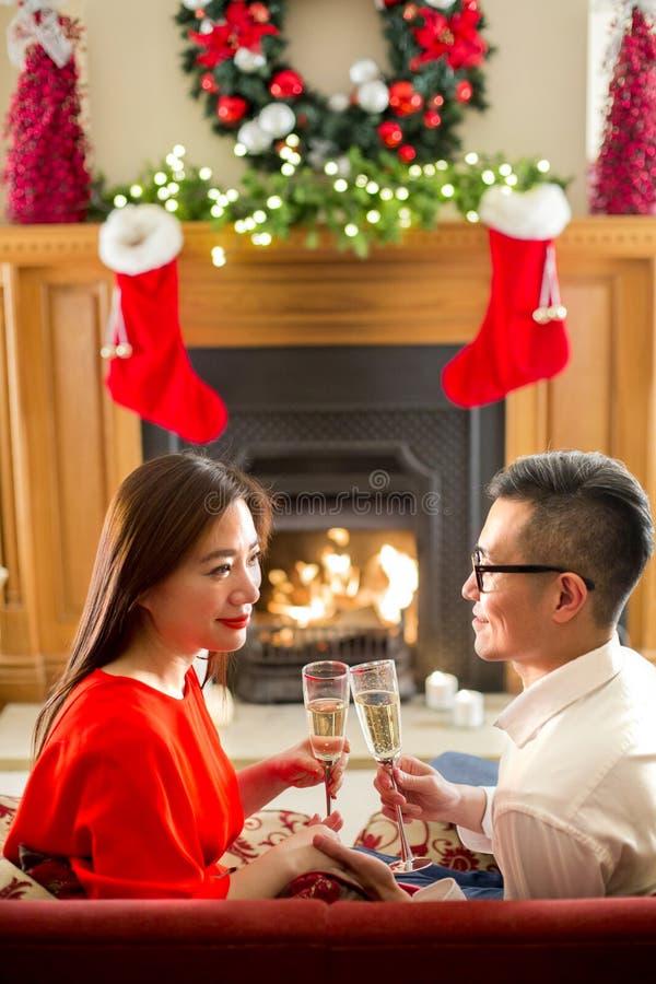 Пары на рождестве стоковые фотографии rf