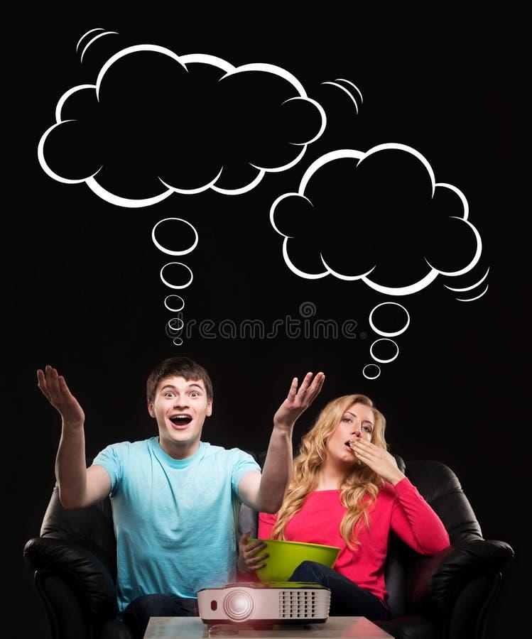 Пары на софе показывая различные эмоции стоковая фотография rf