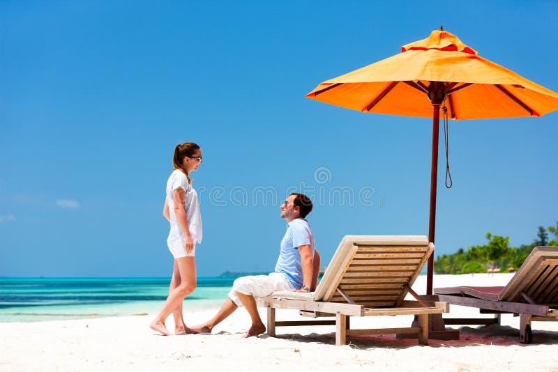 Download Пары на тропическом пляже стоковое фото. изображение насчитывающей кавказско - 40576516