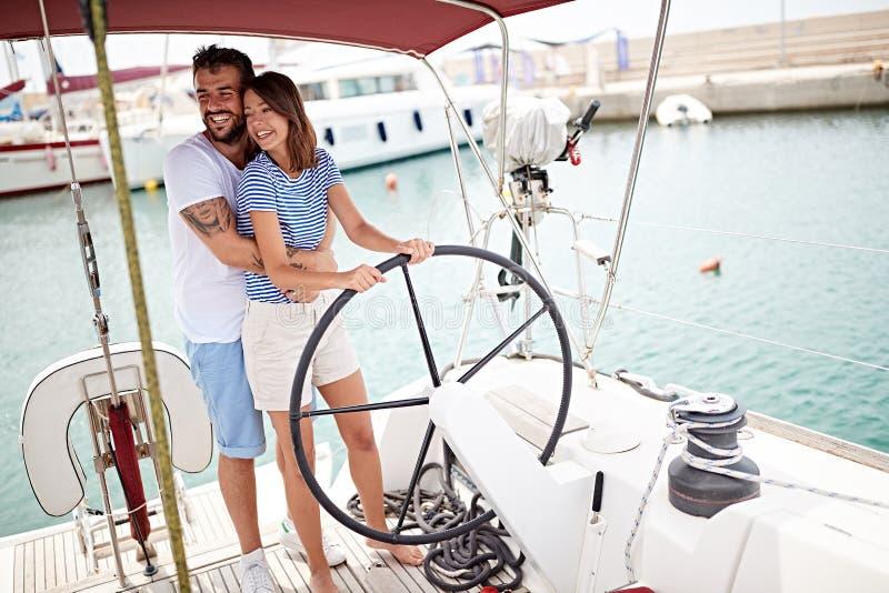 Пары на яхте на колесе идя на отключение океана r стоковые изображения