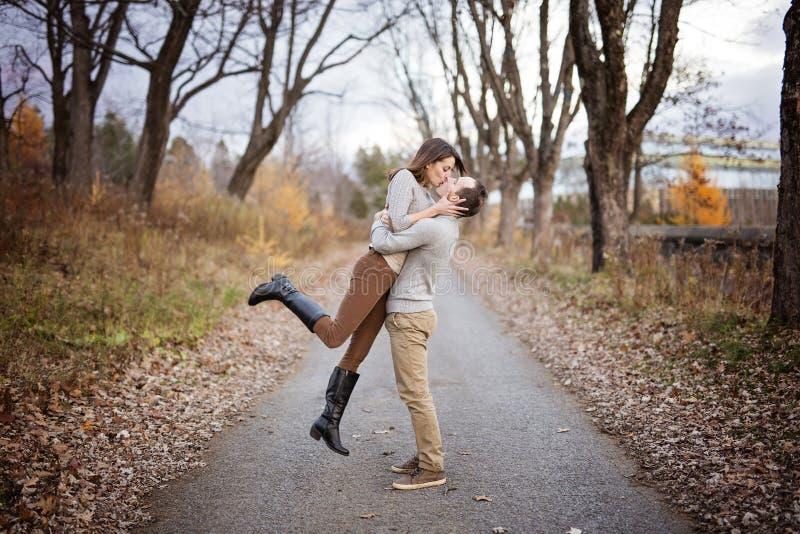 Пары непринужденного стиля молодой моды красивые любящие на флористическом поле в осеннем парке стоковые фото