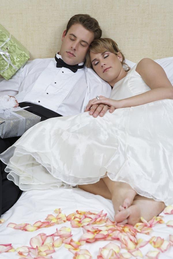 жених спит а невесту