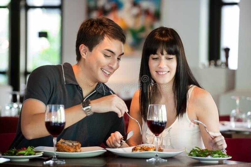 Пары обедая совместно стоковое изображение rf