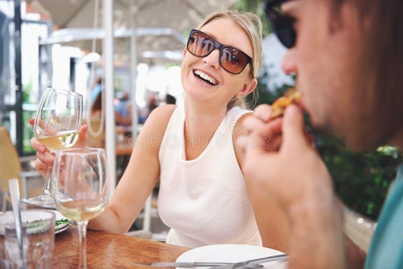 Download Пары обеда стоковое фото. изображение насчитывающей счастливо - 40579972