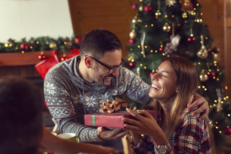 Пары обменивая подарки на рождество стоковые фото