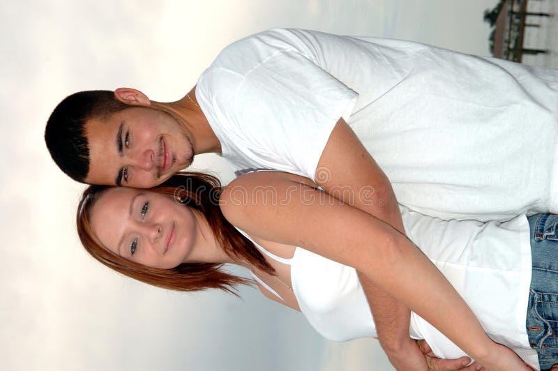 пары обнимают детенышей стоковые фотографии rf