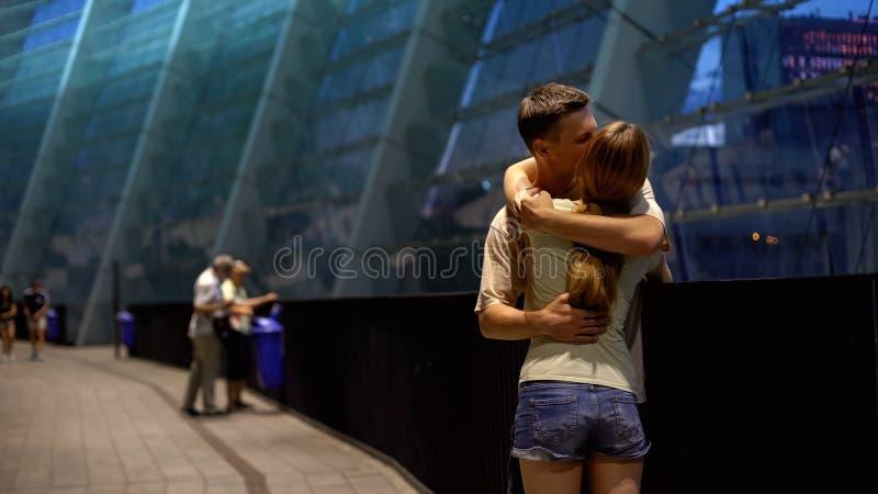 Пары обнимая около торгового центра, романтичной даты на вечере лета, любовь стоковое изображение rf