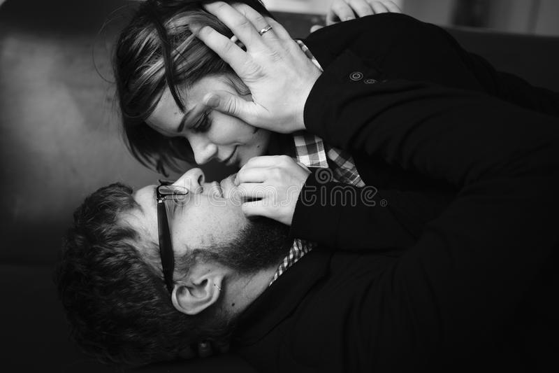 пары обнимая любить стоковые фото