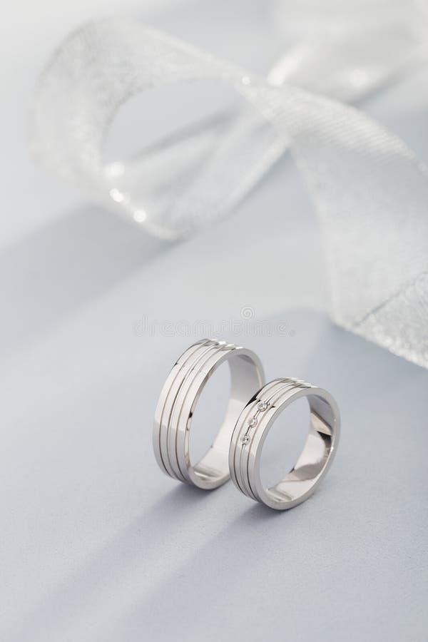 Пары обручальных колец белого золота с диамантами в кольце женщин стоковое фото rf