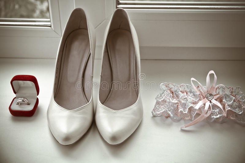 Пары обручальных колец золота, bridal ботинок, подвязки стоковое изображение rf